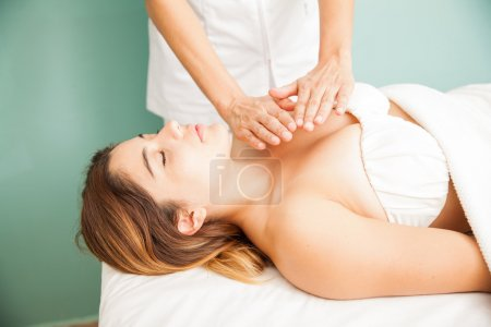 woman getting some reiki therapy