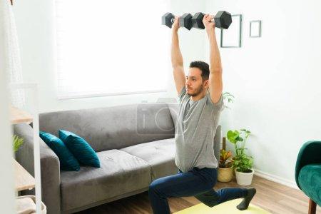 Photo pour Portrait d'un homme heureux lors d'une journée de loisirs à la maison. Homme latino positif peignant une aquarelle pour garder une bonne santé mentale, homme, homme, homme, une, personne, - image libre de droit
