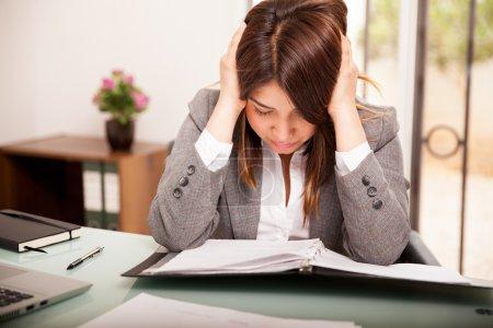 Foto de Joven mujer de negocios estresada y abrumada en el trabajo - Imagen libre de derechos