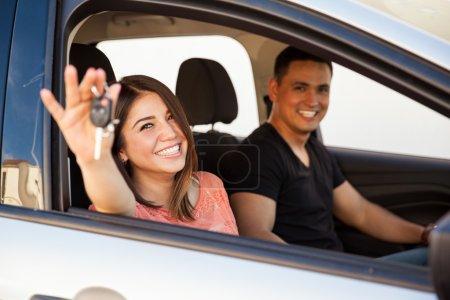 Photo pour Portrait d'un couple de jeunes mariés heureux profitant de leur toute nouvelle voiture - image libre de droit