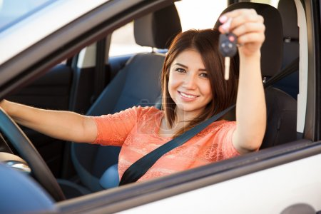 Photo pour Belle jeune femme montrant ses clés de voiture et prête à partir - image libre de droit