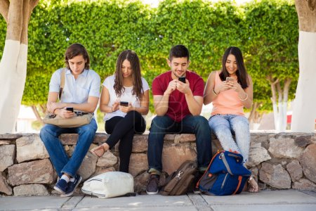 Adultes à l'aide de leurs smartphones