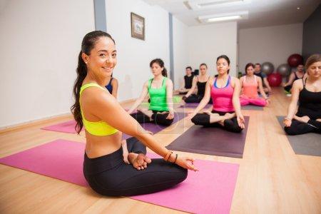 Photo pour Portrait d'une belle jeune prof de yoga souriant lors d'un de ses cours - image libre de droit