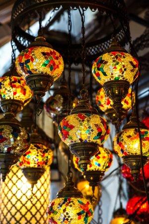 Photo pour Lampe multicolore lumineuse dans le style oriental. Saveur orientale . - image libre de droit