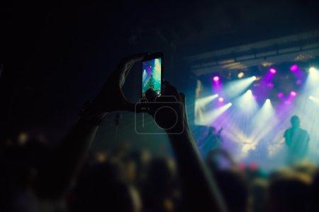 Photo pour Silhouettes de personnes et de musiciens en grande scène de concert - image libre de droit