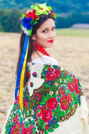 Photo pour Belle jeune femme portant des vêtements ukrainiens nationaux posant à l'extérieur - image libre de droit