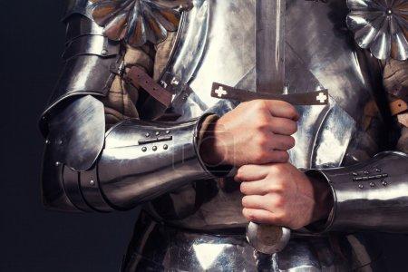 Photo pour Chevalier portant une armure et tenant une épée à deux mains - image libre de droit