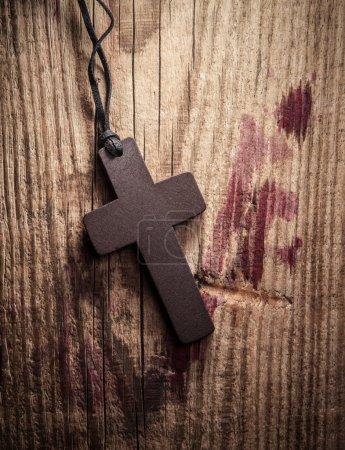 Photo pour Croix sur fond en bois avec taches de sang - image libre de droit