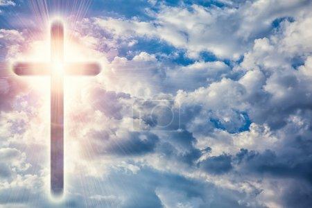 Photo pour Une Croix transparente donnant la lumière céleste dans le ciel - image libre de droit