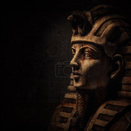 Photo pour Pierre pharaon masque Toutankhamon sur fond sombre - image libre de droit