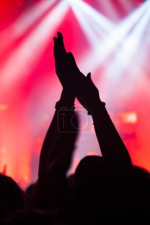 Photo pour Silhouettes de mains et sur une grande scène de concert - image libre de droit
