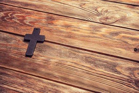Photo pour Vieille croix gros plan sur un fond de bois marron - image libre de droit