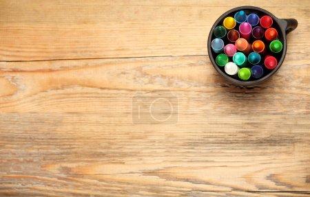 Photo pour Nature morte, affaires, concept d'éducation. Des crayons dans une tasse sur une table en bois. Mise au point sélective, vue du dessus, arrière-plan de l'espace de copie - image libre de droit