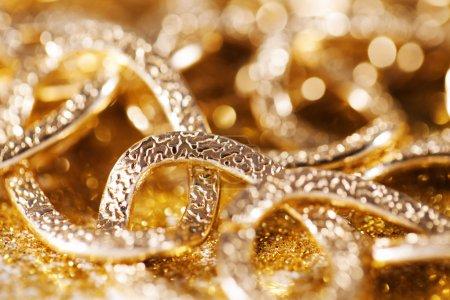 Photo pour Gros chainlet d'or. bijoux de luxe or. paillettes d'or luxe - image libre de droit