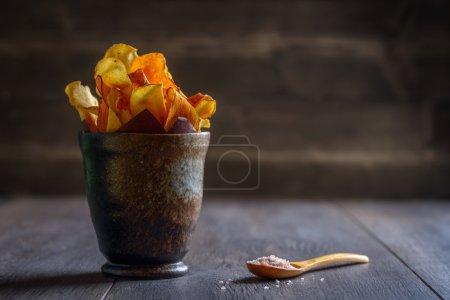 Photo pour Servir les chips de légumes racines avec du sel marin - image libre de droit