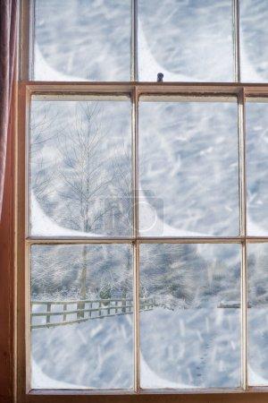 Photo pour Vieille fenêtre géorgienne avec vue sur la scène enneigée - image libre de droit