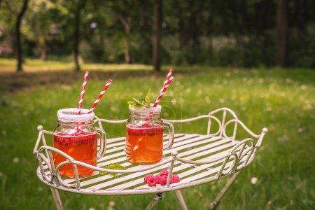 Photo pour Boissons d'été en plein air avec ton vintage - beaucoup d'espace pour copier - image libre de droit