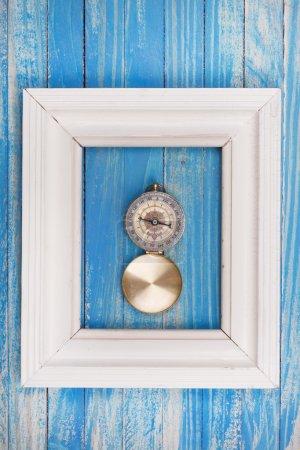Photo pour Vieille boussole dans le cadre de Photo sur fond bleu - image libre de droit