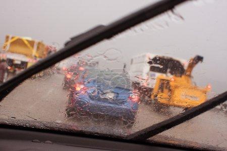 Photo pour Les essuie-glaces d'une voiture travaillent pour déplacer de fortes pluies causant une vision altérée lors d'un orage à Atlanta circulation à l'heure de pointe . - image libre de droit