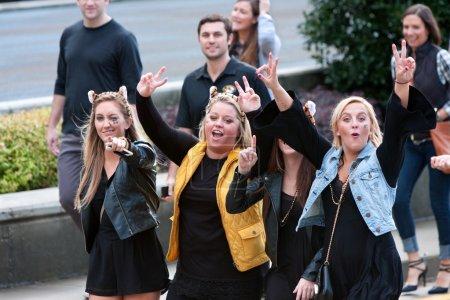 Photo pour Atlanta, GA, États-Unis - 6 décembre 2014 : Trois femmes fans de l'Université du Missouri tasses pour la caméra sur leur chemin vers le Georgia Dome pour le match du championnat SEC contre l'Alabama . - image libre de droit