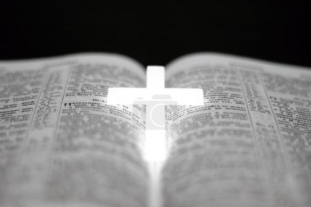 Croix chrétienne sur la bible