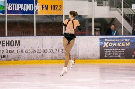 Photo pour Orenburg, Russie - 28.03.2015 : All-Russia sur compétitions patinage « Étendue d'Orenbourg ». Patineur de fille en patinage en simple - image libre de droit