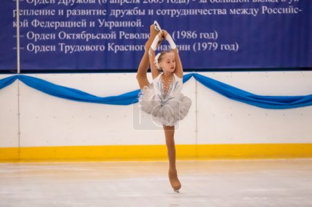 Photo pour Orenburg, Oural du Sud, Russie - 12.04.2015: Patineuse artistique au tournoi de patinage artistique à la mémoire de Chernomyrdin V. S S. - image libre de droit