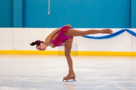 Photo pour Orenburg, Oural du Sud, Russie - 12.04.2015: Tournoi de patinage artistique à la mémoire de V. S. Chernomyrdin. Patineuse artistique de fille, - image libre de droit