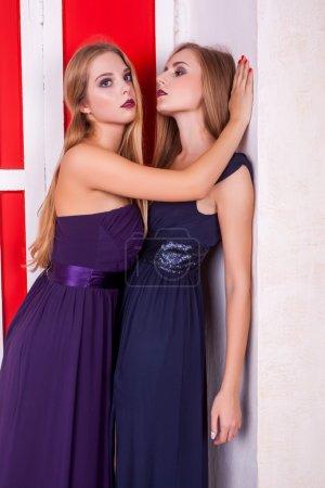 Photo pour Chaud lesbiennes couple dans vintage rétro riche intérieur porter cocktail dresess et sensuel posant à l 'caméra - image libre de droit