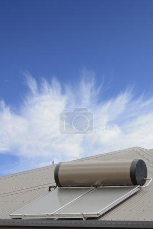 Photo pour Panneaux solaires utilisés pour chauffer l'eau sur un toit - image libre de droit