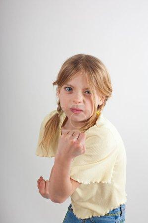 Photo pour Petite fille veut se battre sur fond blanc - image libre de droit