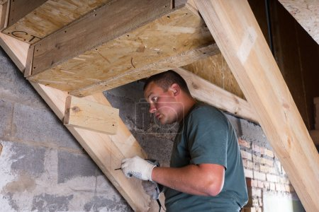 Builder avec forage, construction d'escaliers en sous-sol
