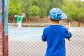 A kisfiú egy tenisz meccset nézni