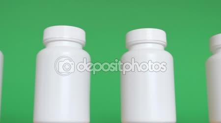 Řada bílých lahví proti zeleným pozadím