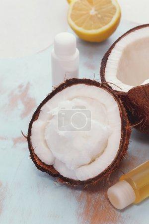 Photo pour Spa nature morte d'huile bio de noix de coco et citron frais. Mise au point sélective macro, vintage tonique image - image libre de droit