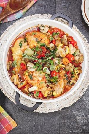 Photo pour Plat de poulet braisé dans une sauce tomate avec vin, légumes et épices, prêt à manger. Concentration sélective - image libre de droit