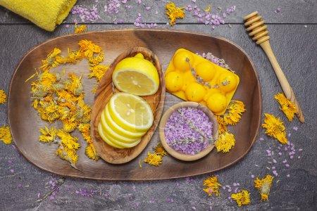 Photo pour Spa à base de plantes. Divers objets et produits de beauté sur la planche en bois . - image libre de droit