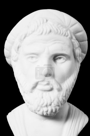 Photo pour Pythagore était un philosophe grec important, mathématicien, géomètre et théoricien de la musique. Buste en marbre blanc de lui sur fond noir - image libre de droit