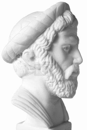 Photo pour Pythagore était un philosophe grec important, mathématicien, géomètre et théoricien de la musique. Buste en marbre blanc de lui sur fond blanc - image libre de droit