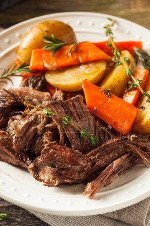 Photo pour Pot rôti maison à cuisson lente aux carottes et pommes de terre - image libre de droit