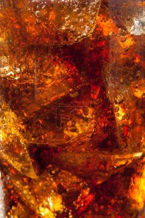 Photo pour Pop de soda pétillante rafraîchissante avec glaçons - image libre de droit