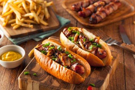 Photo pour Hot Dogs au bacon fait maison avec oignons et poivrons - image libre de droit