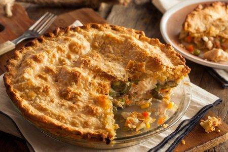 Photo pour Tarte au poulet maison copieux aux pois et aux carottes - image libre de droit