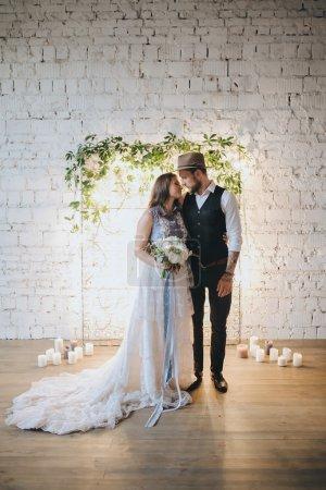 Mädchen im Hochzeitskleid und Mann im Anzug