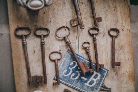 Photo pour Vieilles clés rouillées de serrures accrochées à un panneau en bois près du magasin dans une rue d'Istanbul - image libre de droit