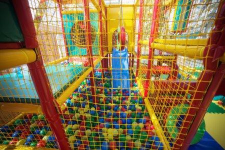 Photo pour Aire de jeux intérieure avec boules en plastique colorées pour enfants. - image libre de droit