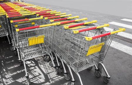 Photo pour Chariots d'achat sur un parking, photo rapprochée . - image libre de droit