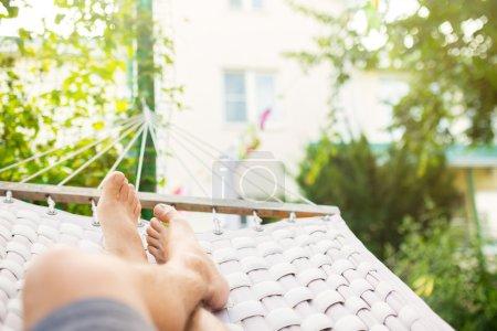 Photo pour Homme dans un hamac sur une journée d'été, gros plan photo - image libre de droit