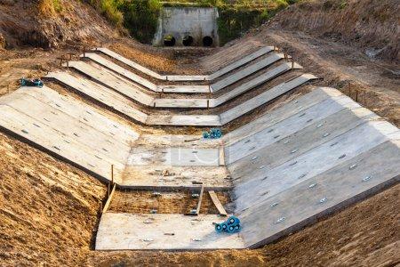 Photo pour Drainage en béton empilé sur le chantier - image libre de droit