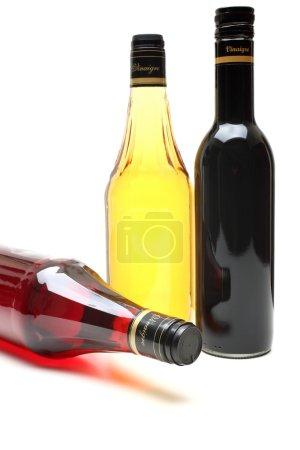 Photo pour Bouteille de vinaigre de raisin pomme et balsamique sur fond blanc - image libre de droit